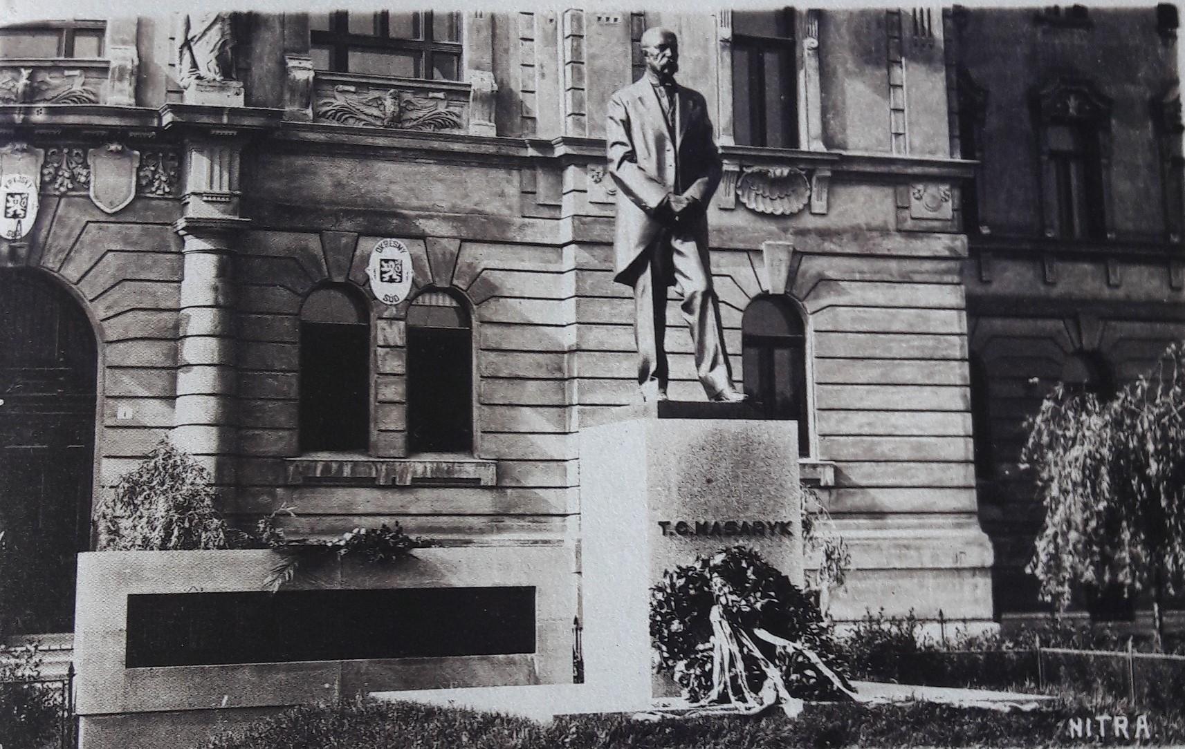 Socha_Tomáša_Garriqua_Masaryka_pred_budovou_súdu_okolo_roku_1930